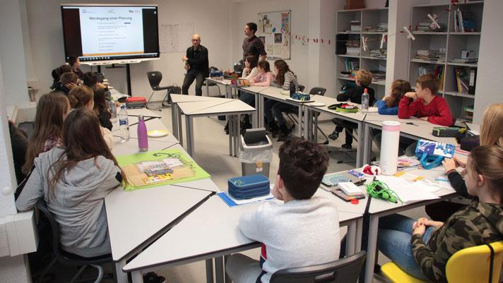 Gespannt lauschten die Schülerinnen und Schüler vom Stiftungsgymnasium Magdeburg den Worten von Jörg Sopauschke (MWG, hinten re.) und Mike Rosner (WOBAU, hinten li.). Foto: Citypress Magdeburg