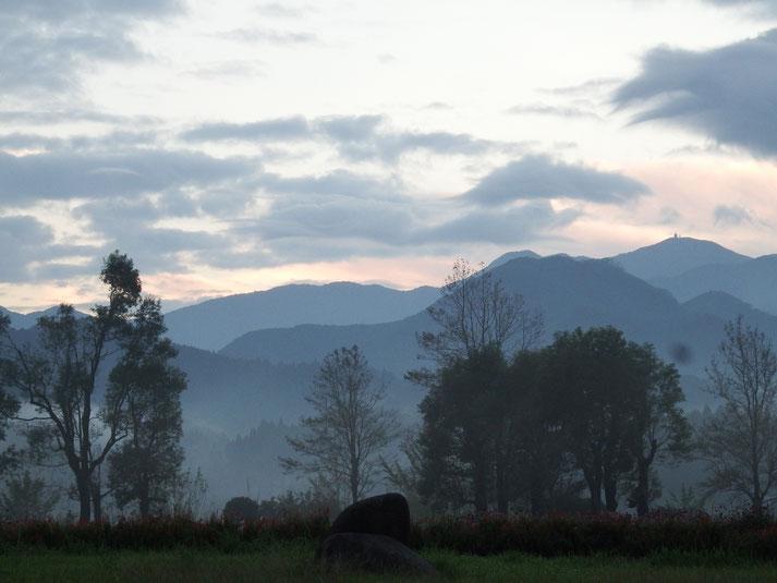 日の出前の大隅広域公園 国見山を望む