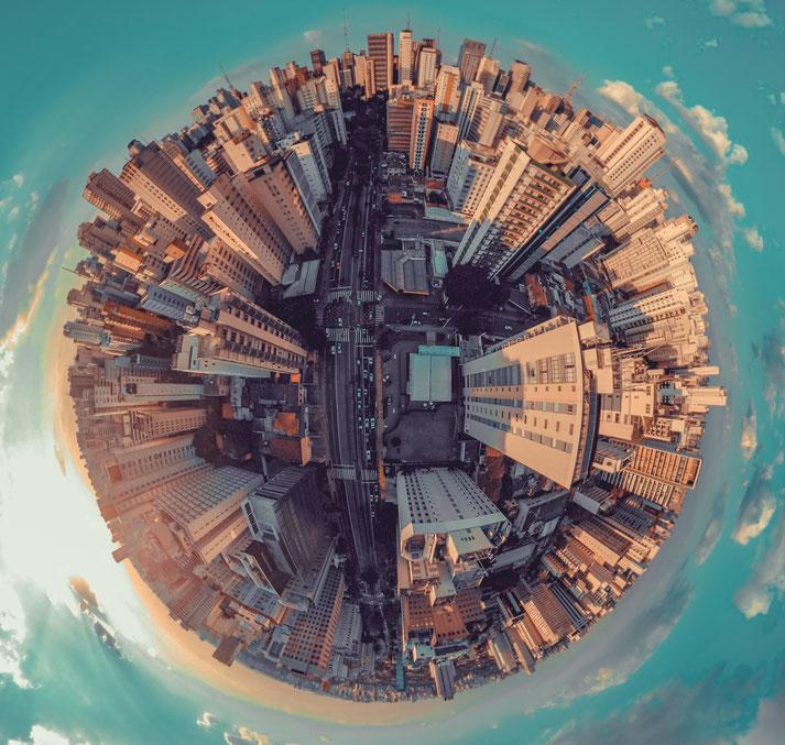 dessin digitale d'une planète recouverte de gratte-ciels