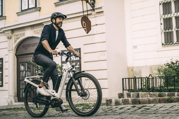 Im Shop in Düsseldorf können Sie sich viele City e-Bikes ansehen.