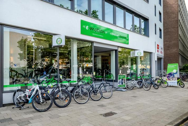 Auf großer Ladenfläche können Sie sich im Shop in Braunschweig zahlreiche e-Mountainbikes ansehen und probefahren.