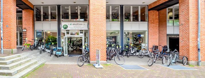 Auf großer Ladenfläche können Sie sich im Shop in Hannover zahlreiche e-Mountainbikes ansehen und probefahren.