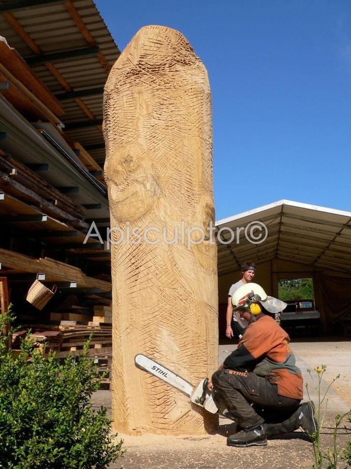 Arbeiten am Eichenstamm für die Naturkostfirma Rapunzel