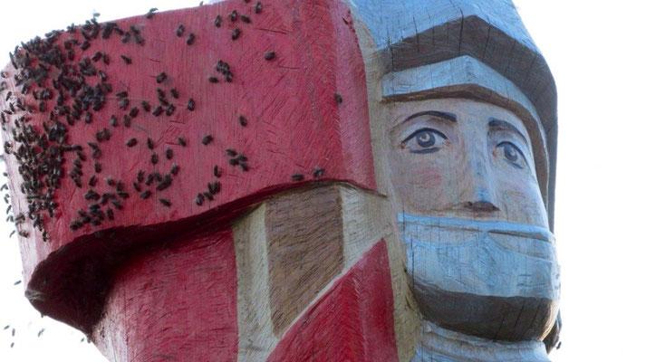 Der Korbacher Roland darf nun auch ein Volk Honigbienen unter seinen Schutz stellen