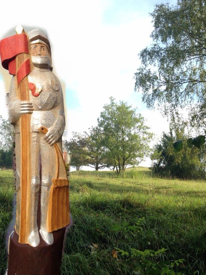 Der Korbacher Roland als Wächter mit Bienen im Naturschutzgebiet Schanzenberg