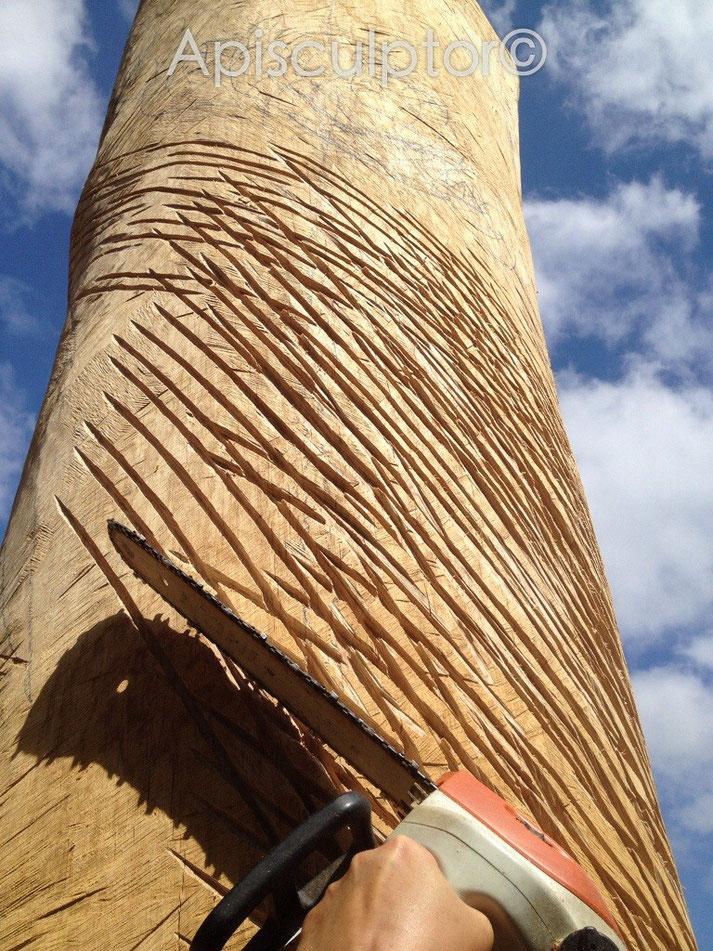 Arbeiten am Eichenstamm fur das Bienenhaus Rapunzel