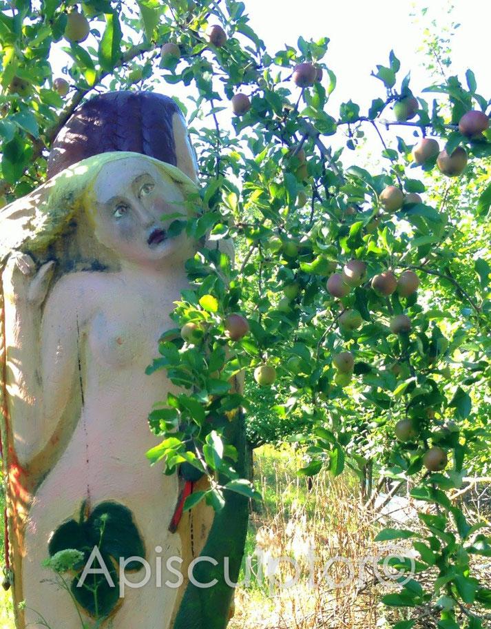 Adam und Eva im Paradies, natürlich mit Bienen im Bauch
