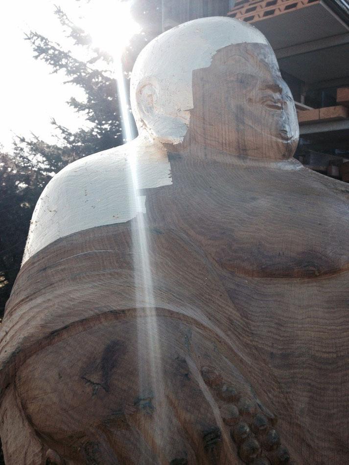 Der Lachende Buddha bei der Vergoldung