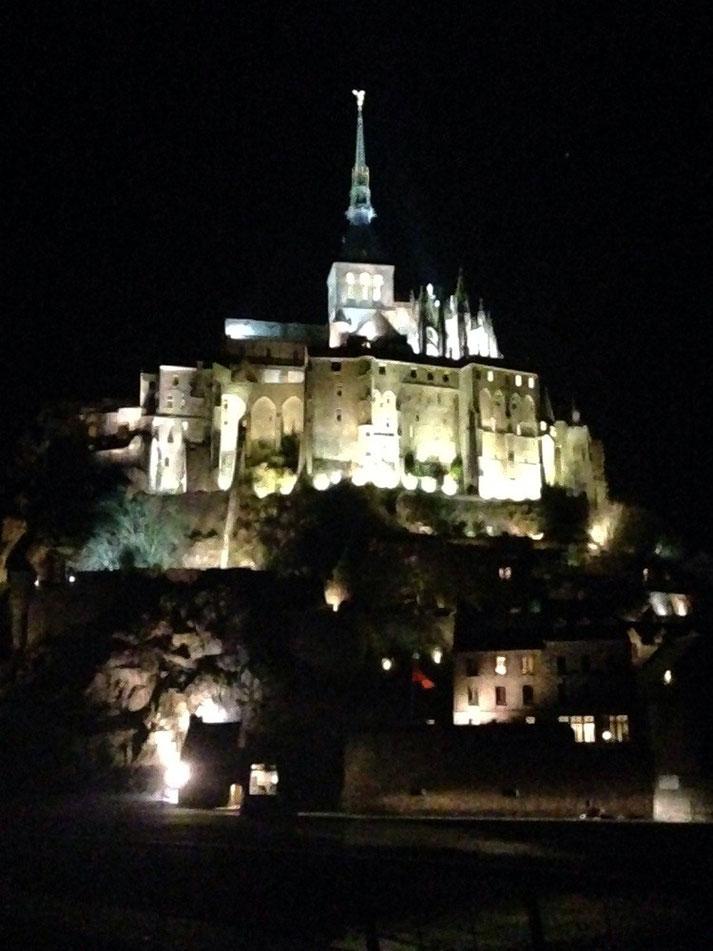 Der Mont Saint Michel bei Nacht