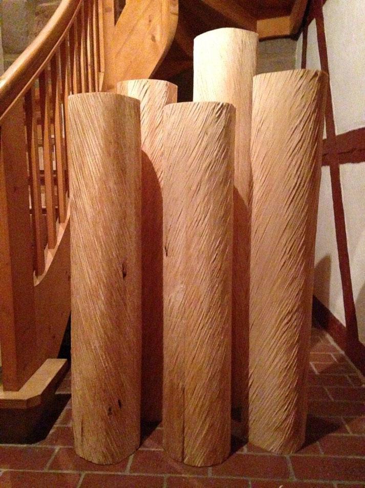 Krippen Stelen stehen für den Kinderschnitzkurs im Nürnberger Atelier Honighäusla bereit