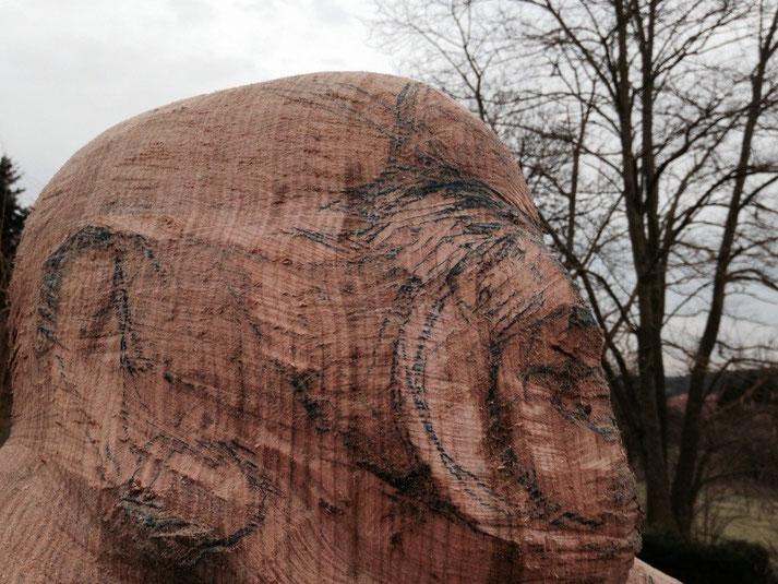 Kopf des 'Lachenden Buddhas' für Bienen angelegt in Eichenholz