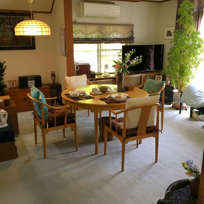 浦和の家→横浜の実家へ預かってもらった、ハンス・ウェグナーのラウンドテーブル&チャイニーズチェア4脚。これはチェリー材ということもあり、部屋が明るくなったと母も喜んでいました。それにしても・・・抜群になじんでいますね(わたしのところにあったときより・笑)。 実家の方がのびのびできて、家具たちも活き活きしているように感じられます。手前にはこれまた引き取ってくれた染付の火鉢(50㎝φで大きく引き取り手がなく困っていた代物)を置いて花台に・・・母のコーディネート力にも感服です!