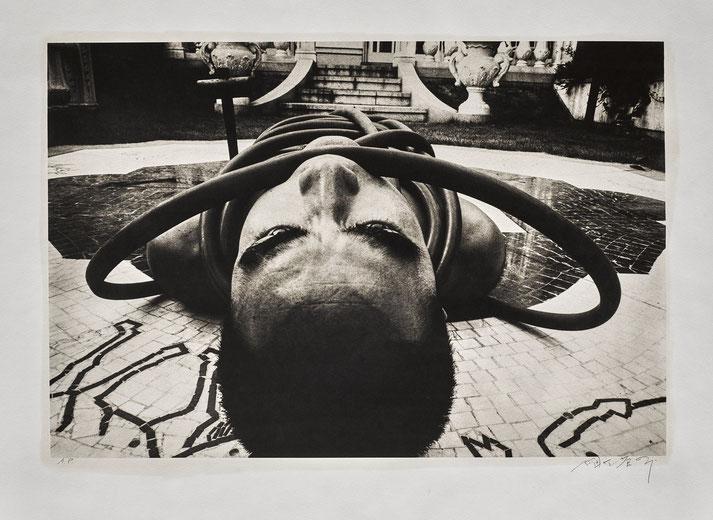 Eikoh Hosoe, Yukio Mishima, Ordeal by Roses #6, 1961-1962, tirage au platine palladium, 1988 © Eikoh Hosoe, courtesy Galerie Eric Mouchet, Paris