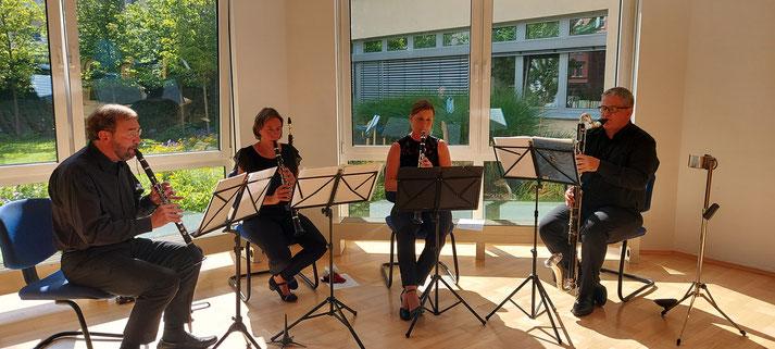 Vier Musizierende.