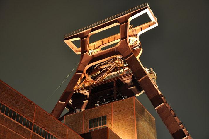 Bild der illuminierten Zeche Zollverein bei Nacht, Kurtz Detektei Essen