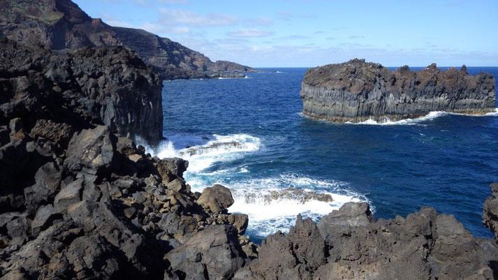 Schwarze Lava soweit das Auge reicht, keine Menschenseele anzutreffen, nur vereinzelt ein paar Fischer, die an den steilen Klippen stehen.