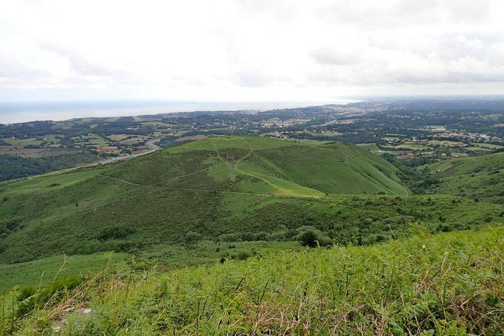 Devant moi, le Mont du Calvaire (275m).