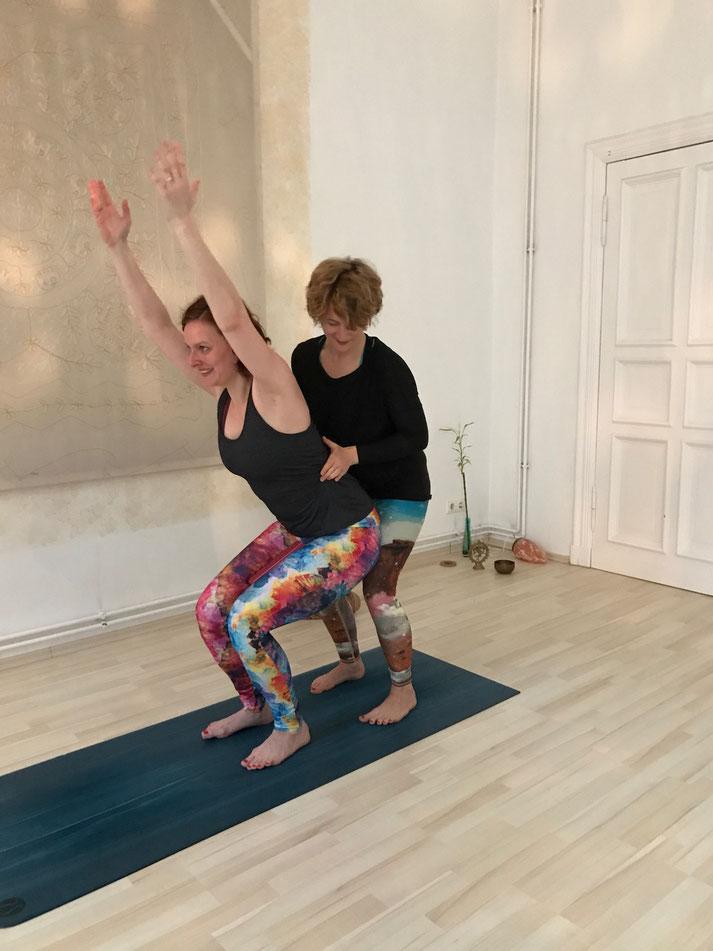 Yogalehrerin und Heilpraktikerin Lisa Stopik erklärt auf dem Mama Yoga Blog MOMazing, worauf du beim Postnatal Yoga und Rückbildung achten musst.