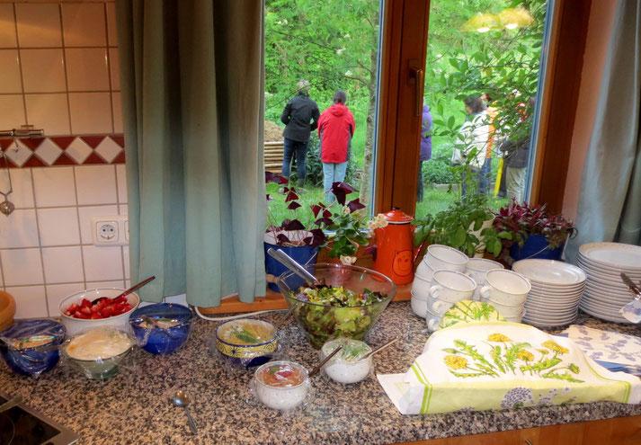 Blick durch's Küchenfenster - während wir noch den Beinwell begutachten, wartet schon das Wildkräuterbüfett auf uns.