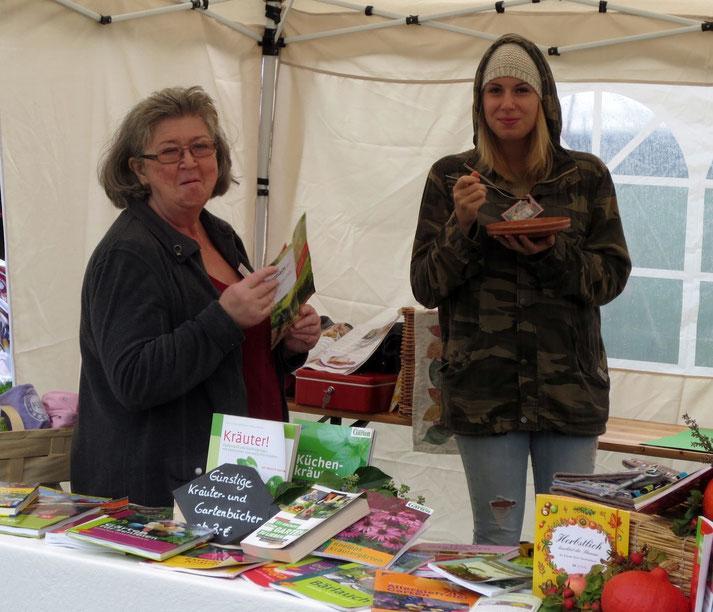 Ließen sich vom Dauerregen am Sonntag weder Laune noch Appetit verderben: Die tüchtigen Marktfrauen Elisabeth und meine Tochter Hanna.