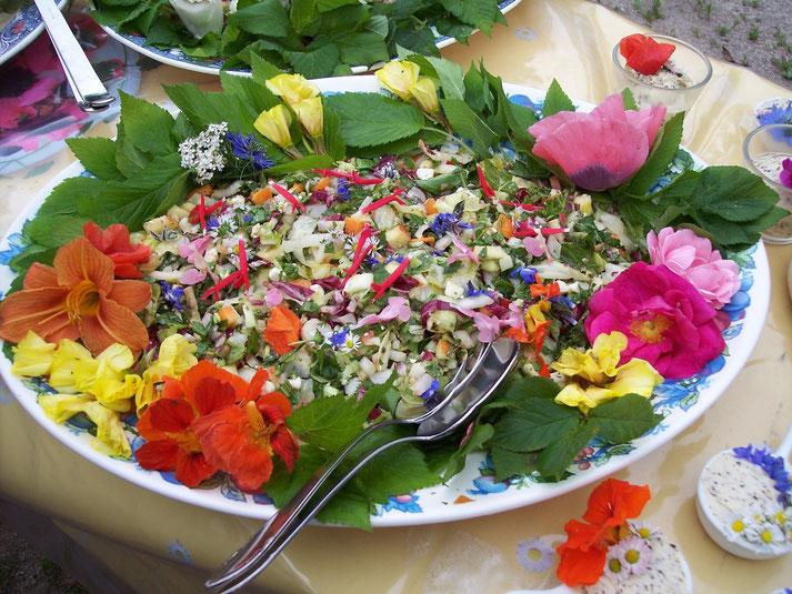 Bunter Sommersalat mit Wildkräutern und essbaren Blüten