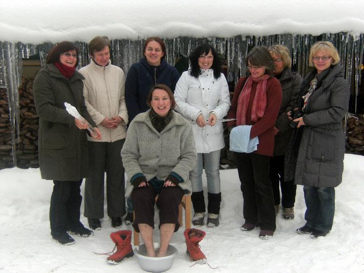 Einige meiner sächsisch/fränkischen Kräuterpädagogik-Kolleginnen, beim Testen eines selbst hergestellten Sprudel-Fußbades (rechts unsere Ausbilderin Dagmar Peters-Groth).
