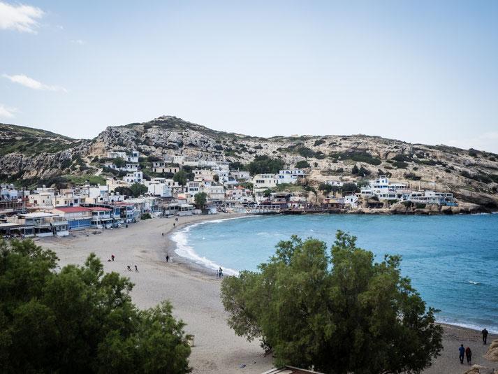 Blick von einer Höhle auf die Bucht von Matala