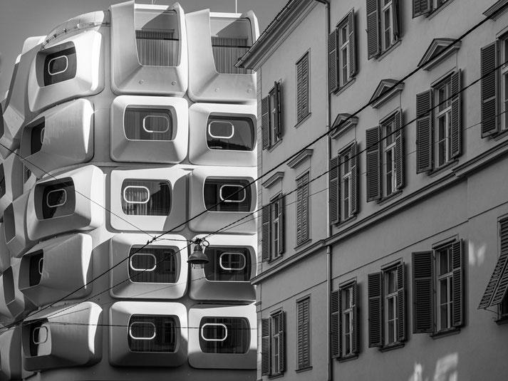 """Kontrast zwischen einem Bürgerhaus und dem neuen """"Argos"""" by Zaha Hadid"""