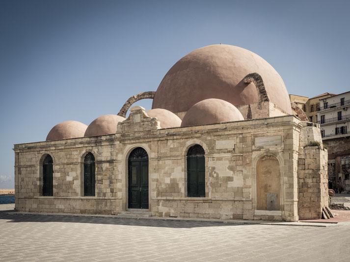historische osmanische Hasan-Pascha-Moschee am venezianischen Hafen der Stadt Chania