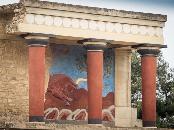 Das berühmte Fresko des angreifenden Stieres
