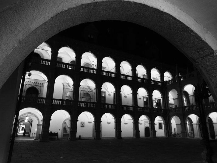 Hof des Landhauses in der Nacht
