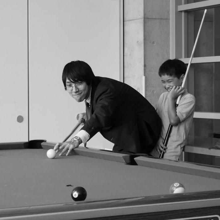 画像: 東京アメリカンクラブでビリヤードをしている様子