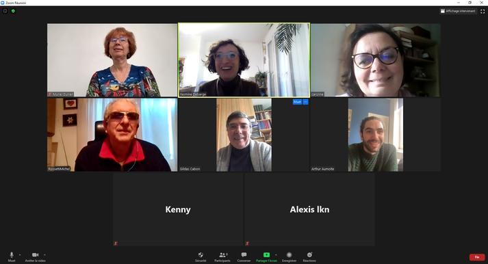 Capture d'écran de la visioconférence faisant apparaître les participants qui sourient.