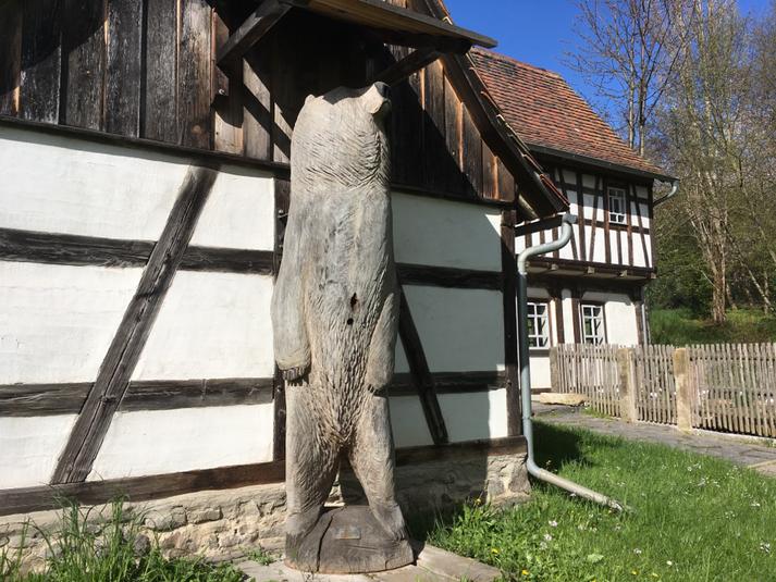 Figurenbeute L'ours du Nordaus der Werkstatt Birgit maria Jönsson im Deutschen Landwirtschaftsmuseum, Schloß Blankenhain