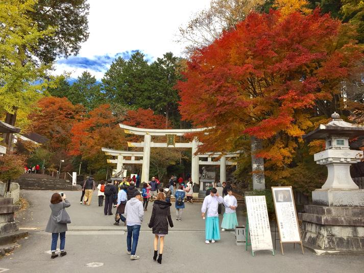 「三峰鳥居」・・・ここにつきましたら、まずこの青い袴の神職さんから「白い氣守りの引換券」をもらってくださいね♪ 11月1日はお天気も最高で、このあたりの紅葉が見事でした♪