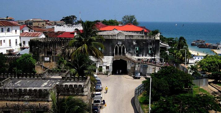 Il centro di Stone Town, visto dalla Casa delle Meraviglie, con parte del Forte arabo a sinistra-Stone Town Zanzibar