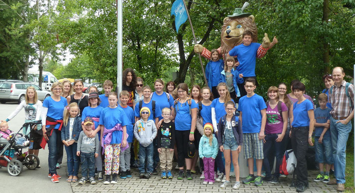 Die Eberspointer Judoka mit Familien vor dem Bayernpark