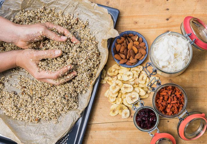 Die Zutaten werden mit den Händen auf einem Backblech gut vermischt. Bei den Extras ist erlaubt was gefällt!