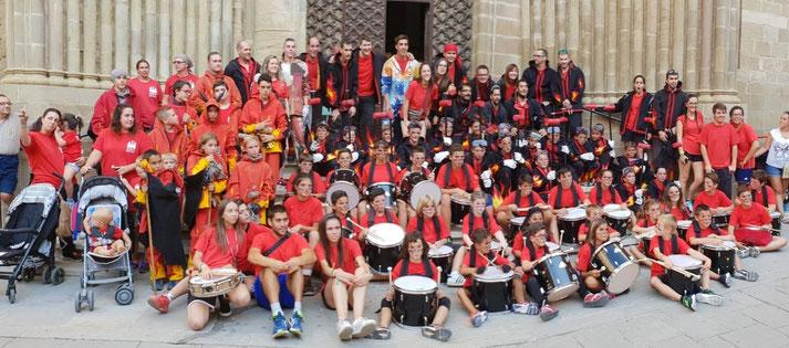 A l'esquerra de taronja els Diables Infantils de Lleida