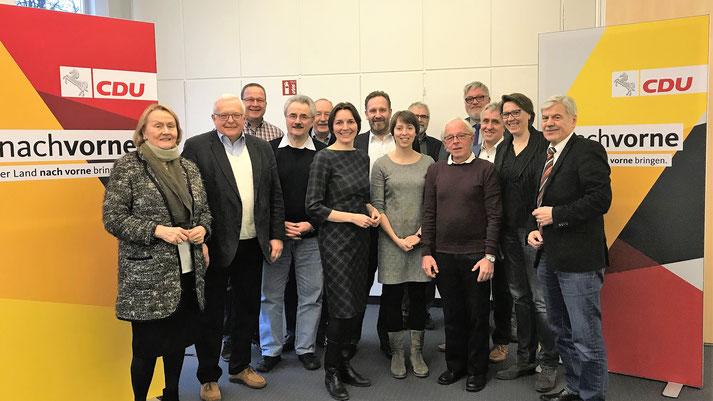 Ausschuss-Mitglieder mit der schulpolitischen Sprecherin der CDU-Landtagsfraktion, Mareike Wulf MdL, Bildmitte, und Ausschuss-Vorsitzender Heinrich Schaper, rechts.