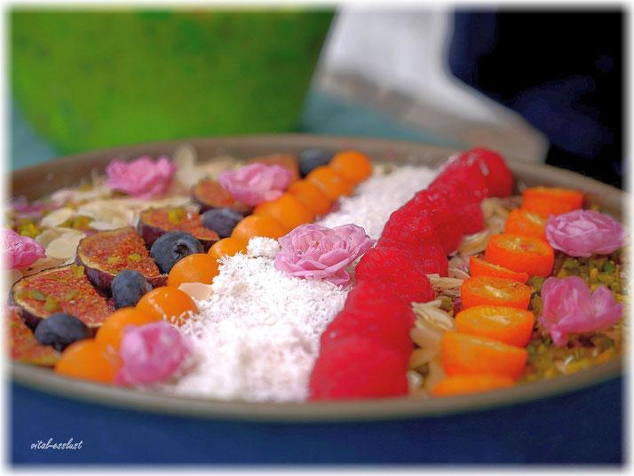 Beeren, Cashews, Orangentorte, Blüten, Himbeeren