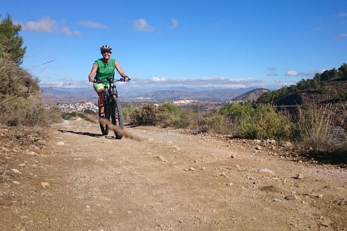 Judith Schäfer im e-motion T-Shirt auf e-Mountainbike in Andalusien
