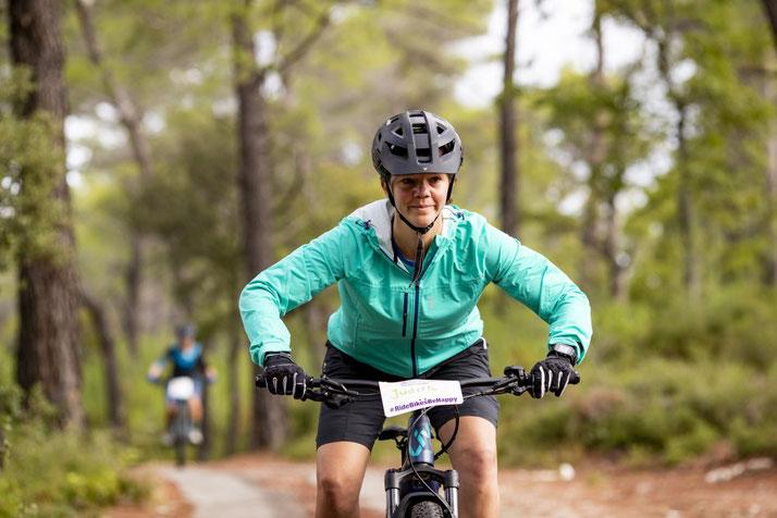 Judith Schäfer auf e-Mountainbike von Liv im Wald