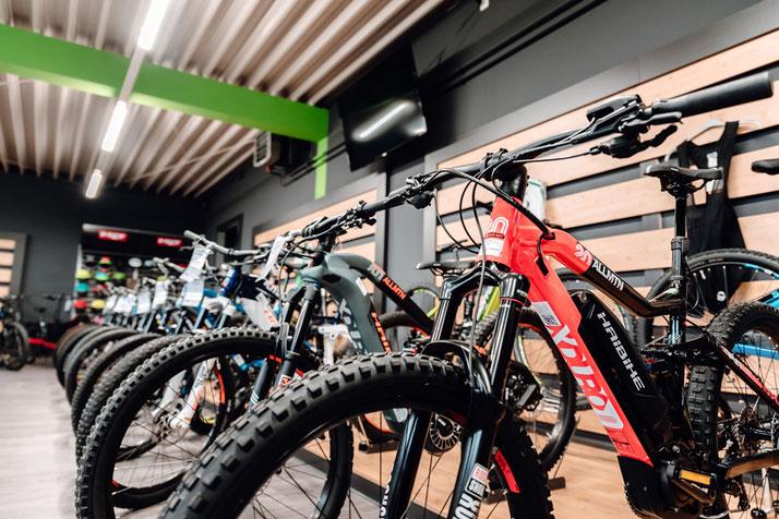 Auf großer Ladenfläche können Sie sich im Shop im Harz zahlreiche e-Mountainbikes ansehen und probefahren.