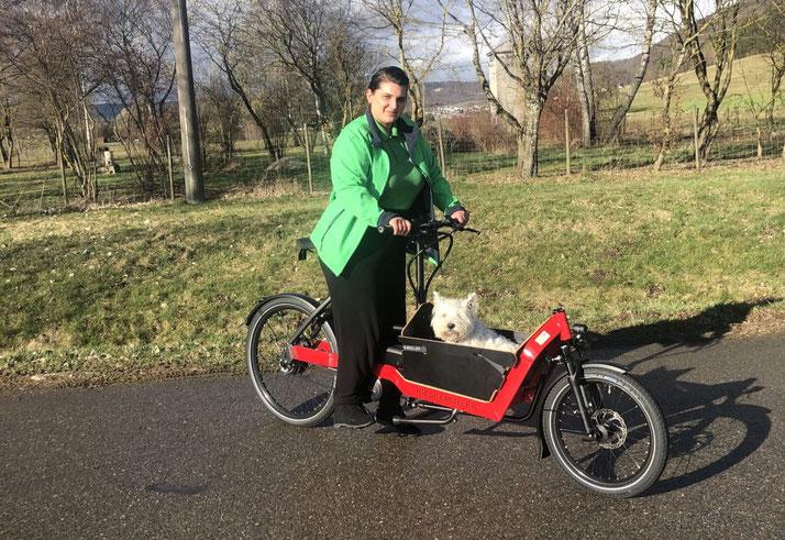 Sarah und Hund Acira auf Lasten e-Bike
