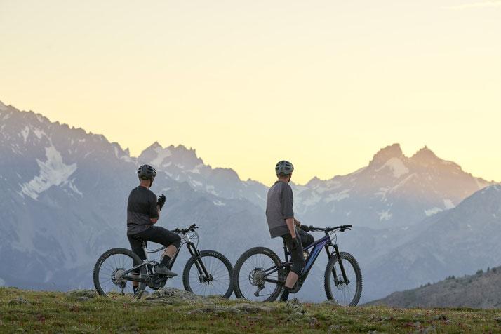 Zwei Männer sitzen auf ihrem Giant Trance X E+ Pro 20 und blicken über die Berge