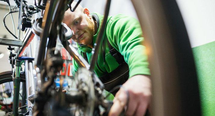In den e-motion e-Bike Shops wissen die Experten, wie man Ihr e-Bike richtig wartet und repariert.