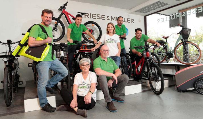 Beratung zu City e-Bikes in der e-motion e-Bike Welt München Süd