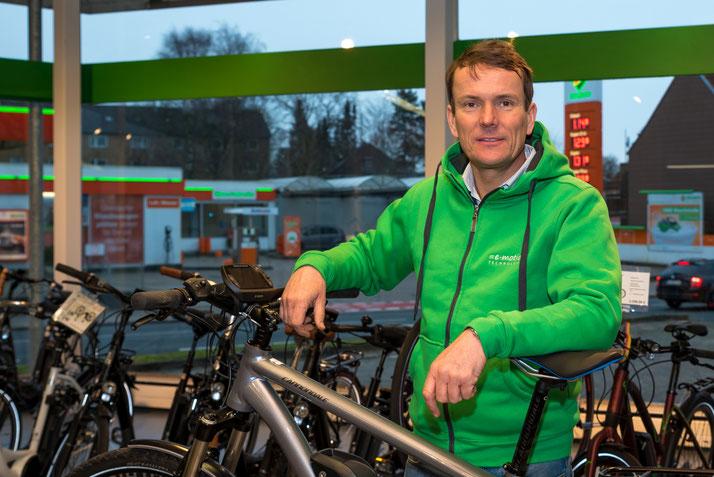 Beratung zu City e-Bikes in der e-motion e-Bike Welt Schleswig