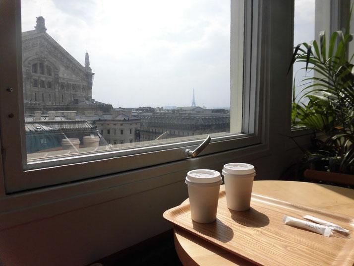 エッフェル塔を見ながらギャラリーラファイエットのカフェにて